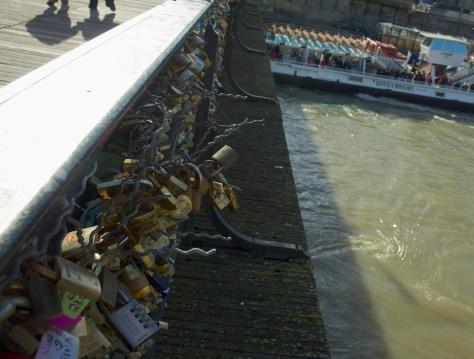Locks on exterior of fencing - dangerous! / Cadenas sur l'exterieur des grillages - dangereux! (Feb/Fev 2014)