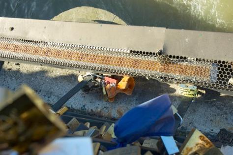 People risk their lives to put locks on exterior of bridge grillwork? Crazy! / Les gen risquent leur vies pour accrocher les cadenas à l'extérieur du grillage? C'est FOU! (Feb/Fev 2014)